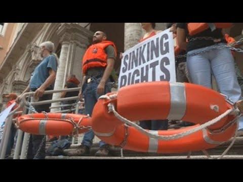 Protestan en Italia en rechazo a su política de cerrar los puertos a los inmigrantes
