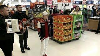 Cantando Corridos En La Wal-Mart Los Hermanos Marias