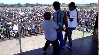 HILARIOUS SCENE! Inspekta Mwala Caught On Camera 'Dandiaing' A Youthful Tall Chick