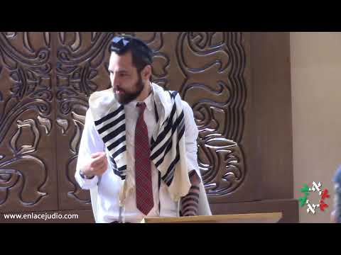 Rabino Yitzchak Dovid Grossman en el rezo de Shajarit en la Sinagoga del Colegio Yavne