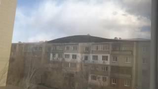 Ураган сорвал крышу многоэтажного дома в Караганде 30.03.2017.