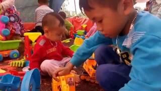 Các bé chơi trò chơi máy xát gạo cung Love baby