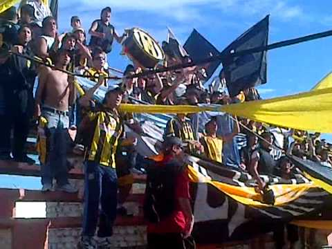 """La InCoMpArAbLe de fiesta copando roca!!"" Barra: La Incomparable • Club: Deportivo Madryn"
