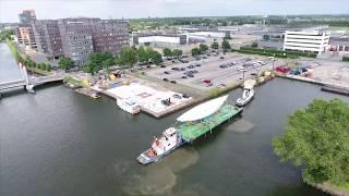 Het transport met een ponton van Makkum naar Utrecht
