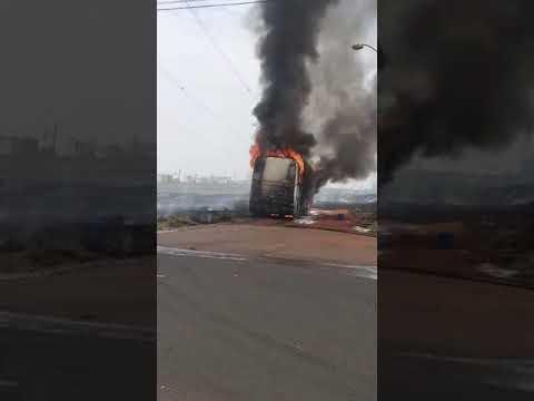 Ônibus ficou destruído no incêndio
