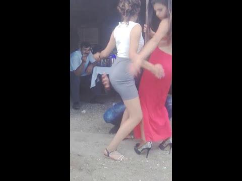Bala danseaza fetele la bara