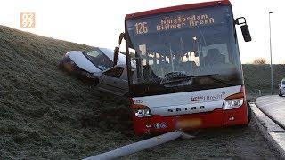 Bus glijdt uit de bocht op afrit A2 bij Abcoude