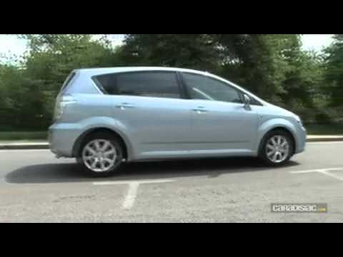 Der Wagen auf dem Gas der Unterschied auf dem Benzin
