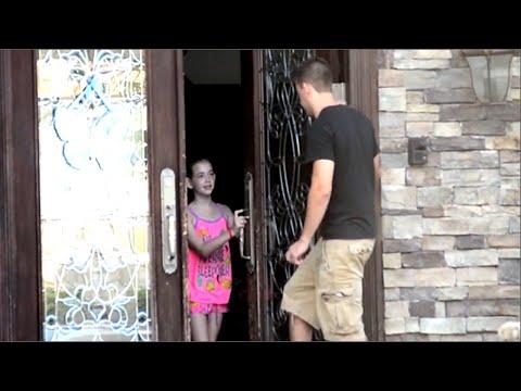 Barna slipper inn den fremmede mannen uten å nøle