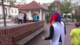 preview picture of video 'Gay muss den Rathausplatz in Neustadt am Rübenberge fegen'