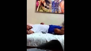 Жена пыталась разблокировать iPhone мужа пока он спит 720