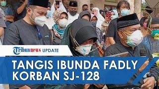 Tangis Ibunda Fadly Satrianto, Kopilot Nam Air yang Jadi Korban SJ182, Peluk dan Elus Foto Anaknya