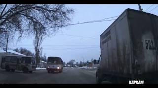 Смотреть онлайн Молниеносная реакция водителя спасла ситуацию