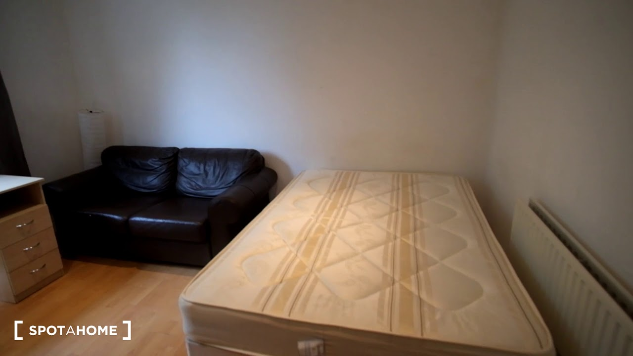 Room to rent in a 3-bedroom flat in Shepherds Bush - postgraduates and professionals only