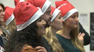 KRH Beschäftigte singen einen Weihnachtsgruß in die Region