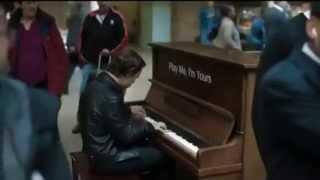 Профессионал-пианист поиграл на случайно попавшемся пианино :)