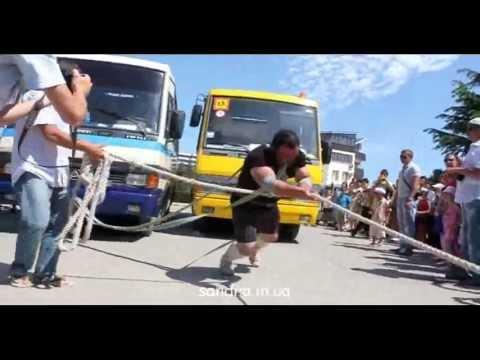 Судакчанин протащил два автобуса на веревке