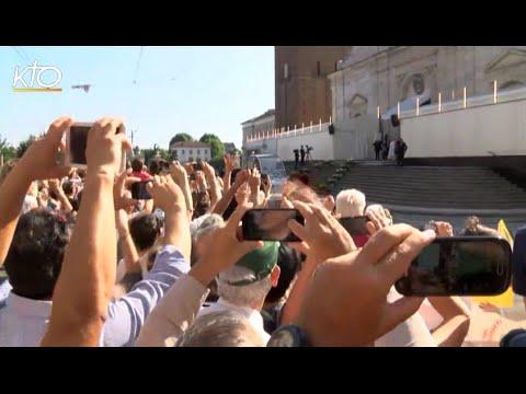 Le Pape François en prière devant le Saint Suaire