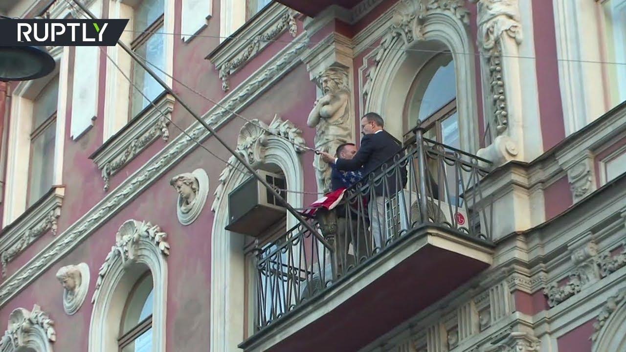 Спуск флага США с здания американского консульства в Санкт-Петербурге