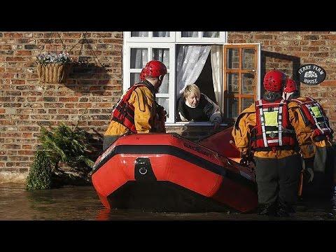 Βρετανία: Δεκάδες πόλεις στο έλεος των πλημμυρών