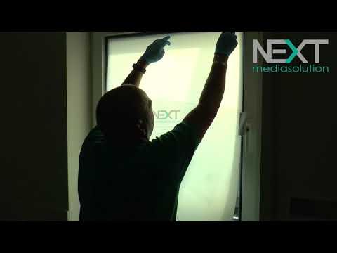 Anbringen schaltbare Folie auf Badezimmerfenster