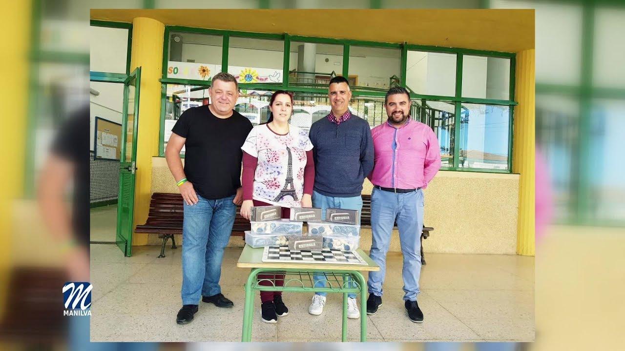 Entrega material educativo al colegio de Sabinillas