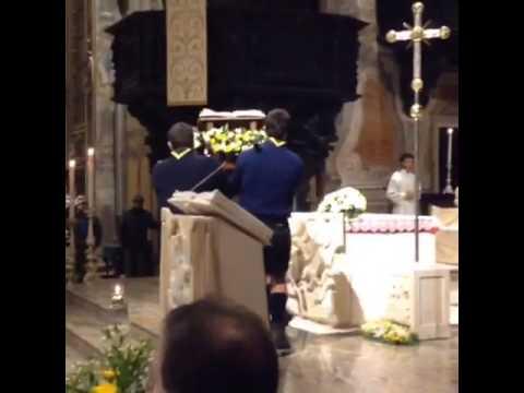 Il posizionamento della reliquia di Giovanni Paolo II