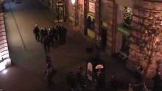 Emlékezetfrissítő: Rendőri brutalitás a Váci utcában 2006 október 23-án (videó)