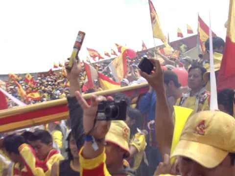 """""""el mejor recibimiento del mundo idolo del pueblo aucas"""" Barra: Armagedón • Club: Aucas"""