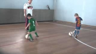 Смотреть онлайн Как детей учат финтам в футболе