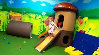 Дети играют на детской площадке Indoor Playground Funny video