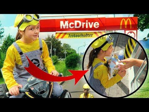 6-Jährige als MINION verkleidet zu McDrive 😍  Challenge auf Quad zu McDonalds