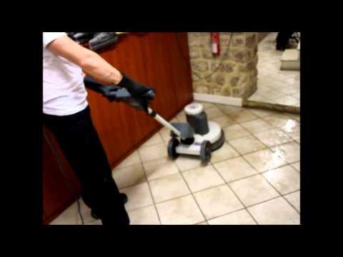 Dégraisser un sol comme une entreprise de nettoyage à l'aide d'une monobrosse