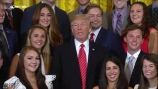 Trump calla a reportera de Associated Press