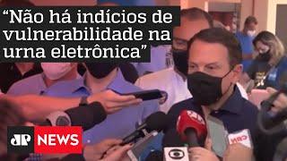 Governador João Doria vota ao lado de Bruno Covas em SP