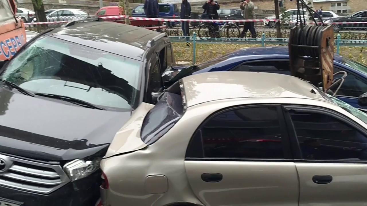 Автокран на полном ходу протаранил 18 автомобилей в Киеве
