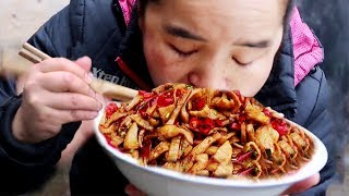 Sister Miao eats beef intestines, put 5 pounds in the pot at once, put some pepper