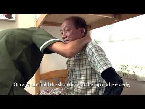 影片: Assist the elderly in putting on and taking off trousers