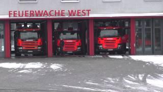 preview picture of video 'Feuerwehr Karlsruhe Wachausfahrt Löschzug mit Gruß vom HLF 2'