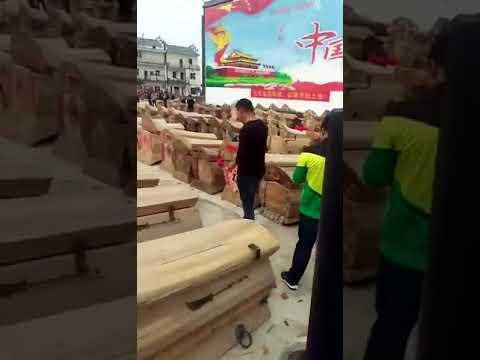 Уничтожение конфискованных гробов в Китае