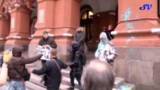 Защитники Путина облили общественника краской
