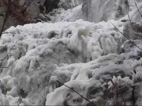 Водопад Весенний морозной крымской зимой