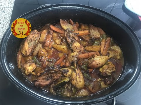 Köstliches Ofengericht mit Hähnchen und Gemüse im Gänsebräter