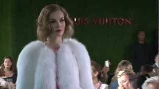 Меховая шубка на показе моды в Париже    shveyalux.ru