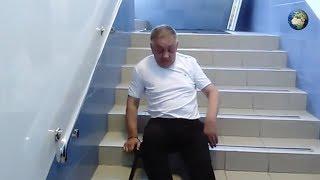 Пожилой инвалид ползком вынужден выходить из офиса в Тюмени
