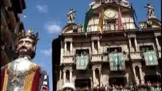 preview picture of video 'Gigantes de Pamplona bailando ante el Ayuntamiento el 14 de julio de 2008'