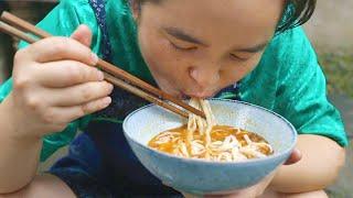 苗大姐做早餐,鸡蛋面条,加上辣椒呼噜呼噜面汤吃光光