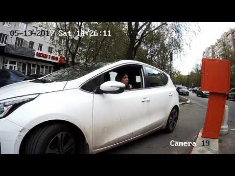 Девушка  сломала шлагбаум, пытаясь оплатить парковку