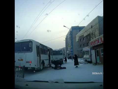 Видеофакт: В Якутске женщина упала на остановке и потеряла сознание