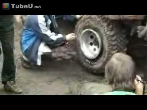 不可思議:更換輪胎就用這招,遇熱膨脹